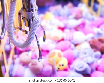 Doll clamp, Claw machine for holding dolls.