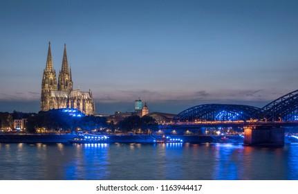 Kölner Dom in der Dämmerung