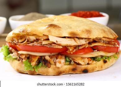 Doner Kebab shawarma sandwich- gegrilltes Hühnerfleisch und Gemüse in Brot
