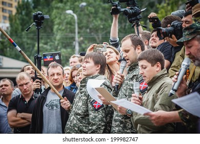 DONETSK, UKRAINE - JUNE 21: Pavel Gubarev, one of the leaders of the Donetsk People's Republic, pledging an oath with fighters during ceremony on june 21, 2014 in Donetsk.