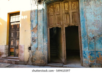 doors and entrances of shabby collapsing houses of Havana Cuba an atmosphere of decay : collapsing door - pezcame.com