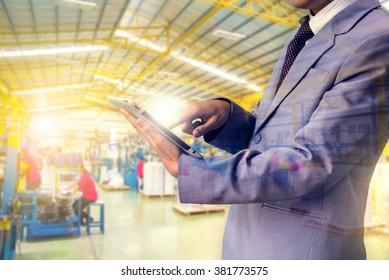 Doppelexpositionsbehörden Qualitätsinspektor mit Lupenbrille, der ein kleines Teil und eine Fabrik kontrolliert