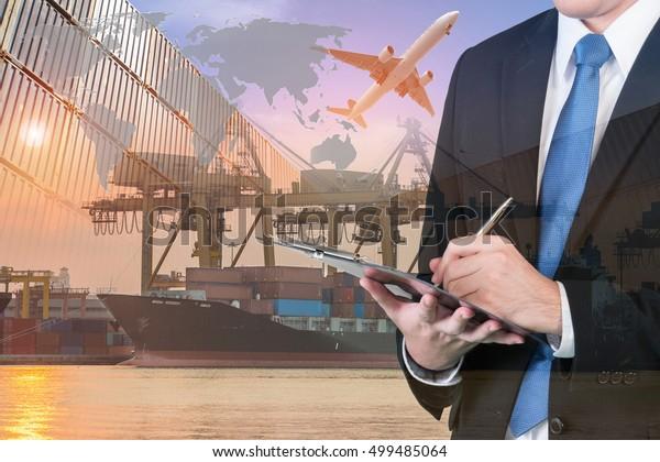 Die doppelte Belichtung von Geschäftsmann ist die Buchung mit unscharfer Fracht , Transporthafen und Weltkarte. Transportlogistisches Geschäftskonzept. Von der NASA bereitgestellte Elemente dieses Bildes