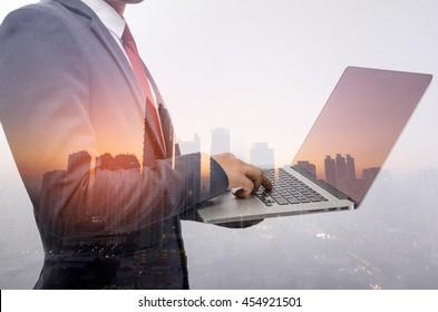 Doppelte Belichtung eines Geschäftsmanns und einer Stadt mit einem Laptop