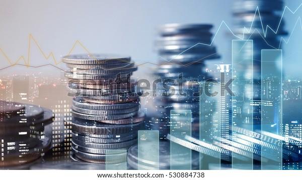 Doppelexposition von Graphen und Reihen von Münzen für das Finanz- und Geschäftskonzept