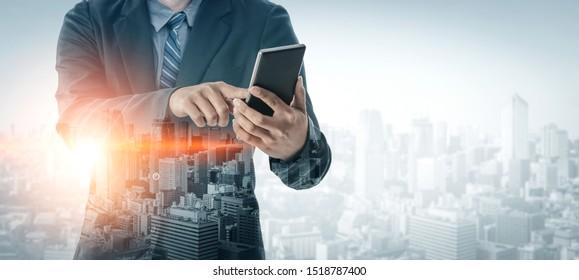 Image à double exposition Concept de technologie de réseau de communication d'entreprise - Personnes d'affaires utilisant un smartphone ou un appareil mobile sur fond urbain moderne.
