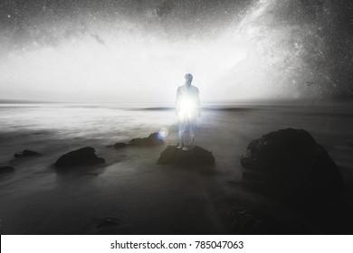 Doppelbelichtung, Mensch auf den Stachfelsen, Innenbeleuchtung, konzeptuelles Bild, spirituelles Licht - Elemente dieses Bildes werden von der NASA eingerichtet