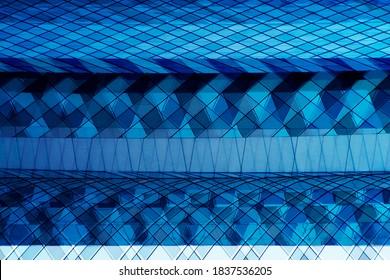 Doppelbelichtungsfoto der Verglasung. Abstrakte moderne Handelsarchitektur oder Bürogebäude. Muster von Wolkenkratzern aus der Wirtschaft. Geometrischer Hintergrund mit mehrfacher Struktur in hellblauer Farbe