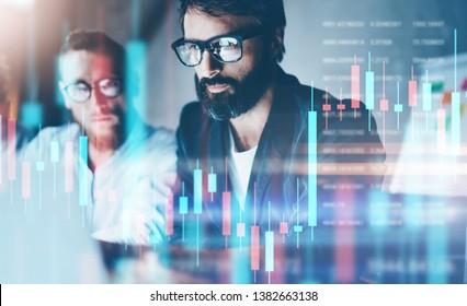 Double Exposure.Zwei Aktienhändler analysieren den digitalen Markt und investieren in Kryptowährung der Blockkette. Börsenkonzept