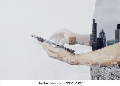 Double exposition d'un homme d'affaires prospère utilisant une tablette numérique avec un diagramme de london building et de médias sociaux
