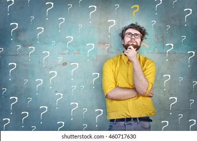 Dudoso haciendo preguntas para sí mismo