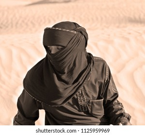 DOUZ TUNISIA OCT. 12 : An unidentified bedouin man wears traditional clothing in Sahara desert on October 12, 2007 in Douz, Tunisia. Bedouin are a part of a predominantly desert Arabian ethnic group
