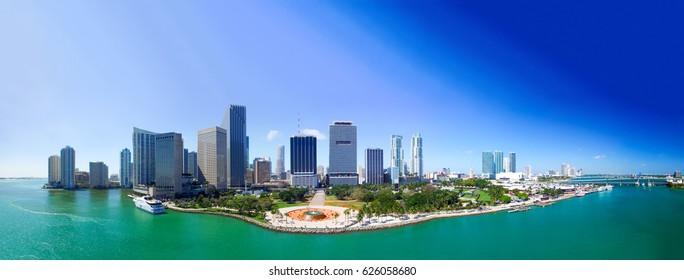 フロリダ州マイアミの繁華街。パノラマの夕焼けの空撮。