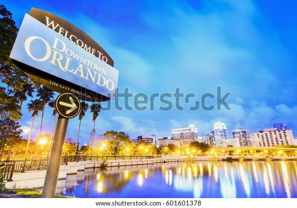 In der Innenstadt von Orlando. City Skyline. In Lake Eola Park, Orlando, Florida, USA.