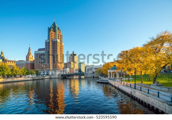 Le centre-ville est surplombé par des immeubles le long de la rivière Milwaukee, à Milwaukee, Wisconsin.