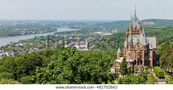 Schloss Drachenburg mit Blick auf den Rhein und die Stadt Bonn