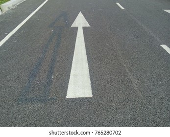 draft arrow sign and real arrow sign on the road surface
