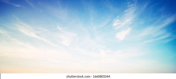 Dramatischer Himmel und Wolken Sommer Ultramarine im Freien