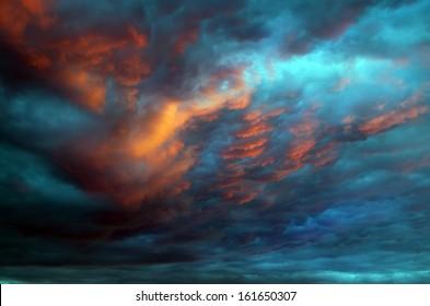 Dramatischer Himmel mit stürmischen Wolken Naturkomposition.