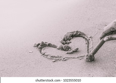 Draw a heart on the sand to a loved one on Valentine's Day. The Happy Couple The world is pink,black and white.
