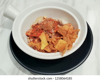 Dried Tomyam noodles with fried wonton