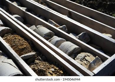 Bohrkerne. In einer Holzkiste. Unterschiedliche Ebenen von Gestein und Erde. Von Tunnel aus werden Arbeiten auf der Autobahn A98 bei Minseln durchgeführt. Im Bundesland Baden-Württemberg, in Deutschland.