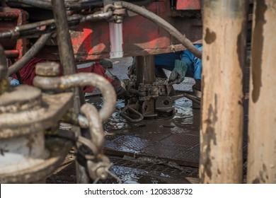Drilling slip for holding tubing in onshore land rig.