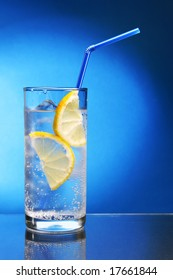 Drink with ice cubes and lemon slice close-up