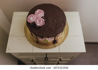 Dripping chocolate cake with roses
