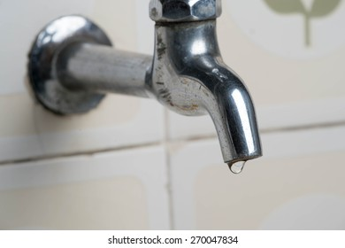 Dripping faucet. In water d'times of crisis it is important to save missing