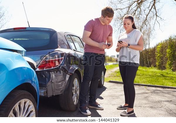 Fahrer telefonieren nach Verkehrsunfall