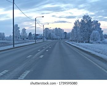 Conducción en condiciones muy resbaladizas y peligrosas en carreteras heladas y cubiertas de nieve en invierno finlandés.