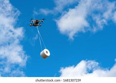 die Drohne fliegt mit der Toilettenpapierwalze zum Kunden, Konzept der Drone-Lieferung