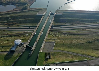 Drone photo of the naviduct at Enkhuizen. As a result, road traffic has a fast passage without hindrance from the lock