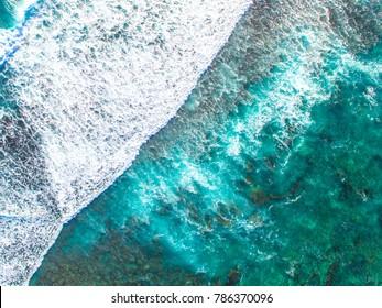 Photo de drone de vagues se lavant au-dessus du récif à Lancelin, dans l'ouest de l'Australie