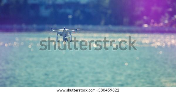 ドローン。 プロフェッショナルな写真と4Kのビデオレポート。instagramフィルタ。クリエイティブ画像。水の上をドロンで打つ。レトロなスタイル。調色効果