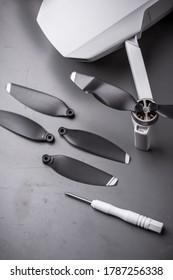 Drohnen. Reinigung, Reparatur und Wartung. Beschädigter Propellerwechsel bei Ultraleichtdrohne