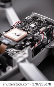 Drohnen. Reinigung, Reparatur und Wartung. Reparatur der elektronischen Leiterkarte der Ultraleichtdrohne