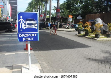 Drop off sign in front of mall and market. MANADO, INDONESIA - DECEMBER 15, 2020.