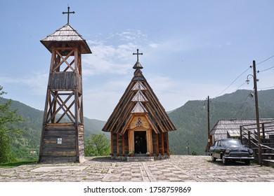 Drvengrad, Serbien - Hauptplatz Kustendorf, traditionelles Dorf Drvengrad