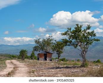 Trockene Berglandschaft mit schmutziger Straße in Maasim, Provinz Sarangani auf Mindanao, der südgrößten Insel der Philippinen.