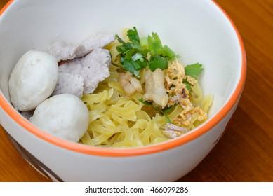 dry noodle in bowls tiles