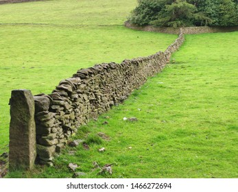 Dry Stone Wall in the Edale Countryside, Pennine Way, Hope Valley, Derbyshire, Peak District, United Kingdom