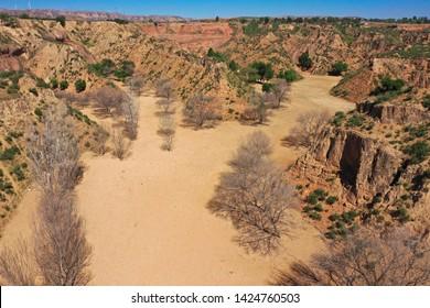 龙洲丹霞旁边干枯河床