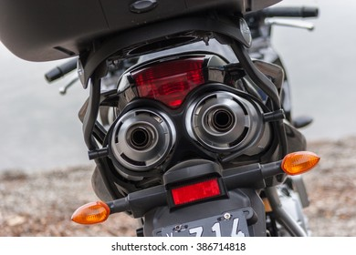 A dual exhuast tail pipe on a motorcyle