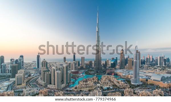 Dubai Downtown Übergangstour mit Burj Khalifa und anderen Türmen Blick von der Spitze vor dem neuen Jahr Feiern in Dubai, Vereinigte Arabische Emirate. Die Lichter leuchten an. Pan rechts