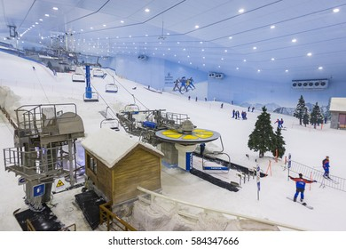 DUBAI, UNITED ARAB EMIRATES - MAY 7, 2006: Ski Dubai, an indoor ski area.
