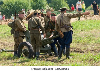 DUBOSEKOVO, RUSSIA - JULY 13: military history club members in Red Army artillery uniform deploy a field cannon during Field of Battle military history festival on July 13, 2013 in Dubosekovo, Russia