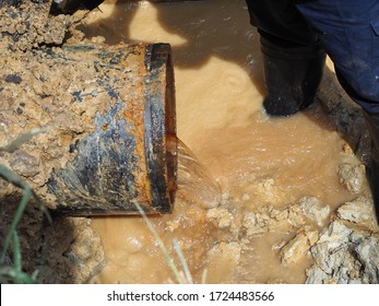 Ductile iron pipe leaking or bust is under repairing