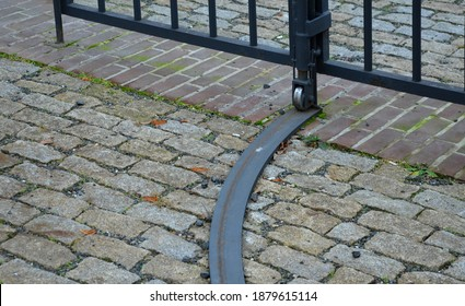 due to its weight, the heavy steel gate hangs in hinges and crosses. to relieve the cut of the door, it is possible to place a wheel with a rail in the shape of an arch on the sash.